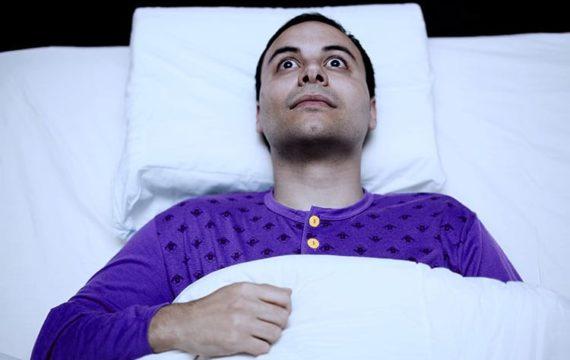 Czy można spać z otwartymi oczami?